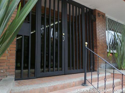 Fotos de reparaci n de ventanas puertas fachadas for Marquesinas para puertas de entrada