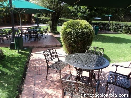 Fotos de muebles para jard n terrazas mesas y sillas en for Sillas de forja para jardin