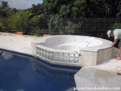 Fotos de piscinas jacuzzi en la mesa for Piscinas jacuzzi